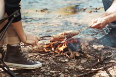 香肠在火上的棍子烤肉在自然 图库摄影
