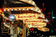 香肠摊位在圣诞节市场上 库存照片