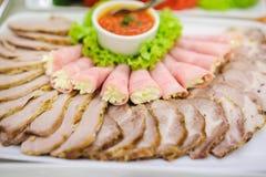香肠板材和熏制的肉或者火腿 库存照片