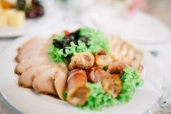 香肠板材和熏制的肉或者火腿 免版税库存照片