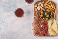 香肠橄榄熏火腿乳酪面包条 库存照片