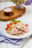 香肠沙拉用蕃茄和凉拌卷心菜 免版税库存照片
