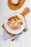 香肠沙拉用蕃茄和凉拌卷心菜 免版税图库摄影