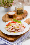香肠沙拉用蕃茄和凉拌卷心菜 免版税库存图片