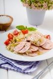 香肠沙拉用蕃茄和凉拌卷心菜 图库摄影