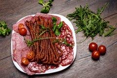 香肠片用蕃茄和芝麻菜 免版税库存照片