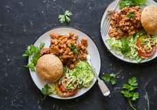香肠猪肉汉堡用在黑暗的背景,顶视图的沙拉 免版税库存照片