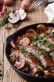 香肠用葱和蘑菇小汤 图库摄影