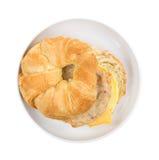 香肠鸡蛋和乳酪新月形面包早餐三明治 库存图片