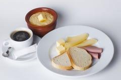 香肠,乳酪,白面包,黄油,谷物,罐,咖啡馆,早餐集合 免版税库存图片