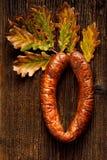 香肠,在木背景,顶视图的家庭式香肠 免版税库存图片