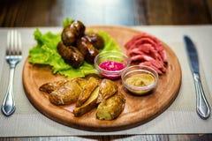 香肠,油煎的香肠用土豆,快餐,啤酒快餐, sau 免版税库存照片