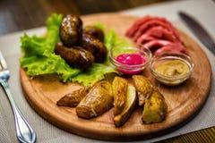香肠,油煎的香肠用土豆,快餐,啤酒快餐, sau 免版税图库摄影