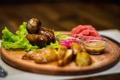 香肠,油煎的香肠用土豆,快餐,啤酒快餐, sau 库存照片