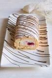 香草与奶油和莓的卷蛋糕 图库摄影