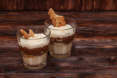 香草与奶油的巧克力布丁点心填装了三明治曲奇饼 免版税库存照片