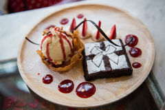香草冰淇淋和果仁巧克力 库存照片