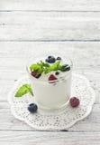 香草冰淇淋用新鲜的浆果 图库摄影