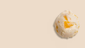香草冰淇淋用新鲜水果 免版税库存图片