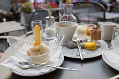 香草冰淇淋用曲奇饼和咖啡 库存照片