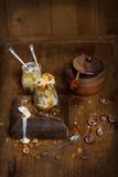 香草冰淇淋用蜂蜜 库存图片