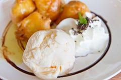 香草冰淇淋用被弄脏的香蕉油炸馅饼 库存照片