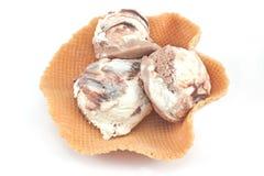 香草和巧克力冰淇凌在锥体 免版税库存图片