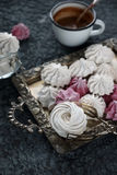 香草和莓自创和风,可口桃红色和白色蛋白软糖 库存照片