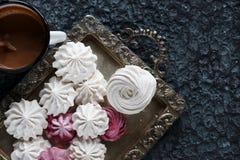 香草和莓自创和风,可口桃红色和白色蛋白软糖 免版税库存图片