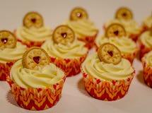 香草奶油色杯形蛋糕用粘上果酱的饼干 库存照片