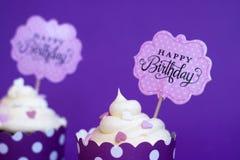 香草杯形蛋糕与小装饰心脏和生日快乐 免版税库存图片