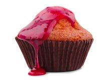 香草杯形蛋糕用在白色背景隔绝的红色果酱 免版税库存图片