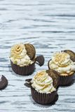 香草杯形蛋糕用曲奇饼和坚果 免版税库存照片