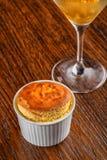 香草蛋白牛奶酥用芒果冰糕和香草冰淇淋与服务在木桌,产品摄影上餐馆的 免版税库存图片