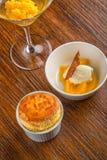 香草蛋白牛奶酥用芒果冰糕和香草冰淇淋与服务在木桌,产品摄影上餐馆的 库存照片
