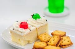 香草蛋糕顶部和薄脆饼干 库存照片