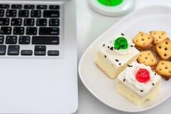 香草蛋糕顶部用白色巧克力和薄脆饼干 库存照片