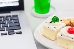 香草蛋糕顶部用白色巧克力和薄脆饼干 免版税库存图片