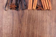 香草,肉桂条,木表面,文本的拷贝空间上的茴香 免版税库存照片