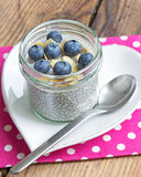 香草chia种子布丁用蓝莓和杏仁 免版税库存照片