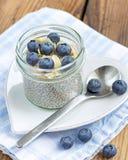 香草chia种子布丁用蓝莓和杏仁 免版税库存图片