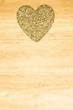 茴香莳萝种子心形在木板 免版税库存照片