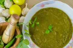 香菜(香菜)和在碗的薄荷的酸辣调味品 免版税库存图片