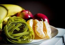 香蕉、苹果、普通话和未煮过的菠菜面团 免版税库存照片