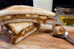香蕉三明治用花生酱 库存照片