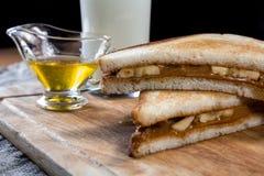 香蕉三明治用花生酱 免版税库存照片