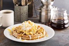 香蕉与打好的奶油的布丁奶蛋烘饼 图库摄影