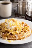 香蕉与打好的奶油的布丁奶蛋烘饼 免版税图库摄影
