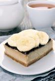 香蕉乳酪蛋糕和茶 免版税库存图片