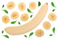 香蕉切了用在白色背景隔绝的绿色叶子装饰 顶视图 平的位置 免版税库存照片